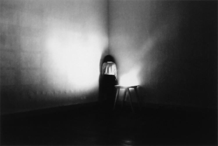 Akosua Viktoria Adu-Sanyah | Selfportrait in the corner of a dark room 32 minutes | 2013 | Analoge Fotografie, Handabzug Baryt | © beim Fotografen