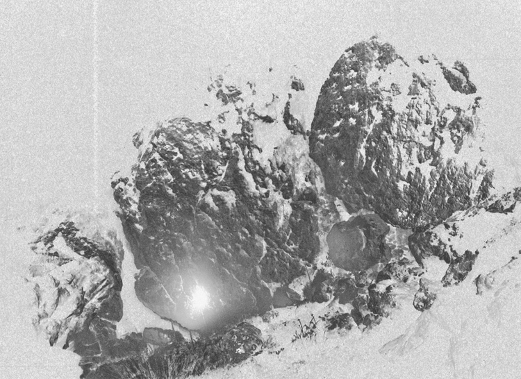 Matthias Schneck | Serie: Vom Rauschen der Materie | Eingang zur Bibliothek | 2013 | Analog SW /negativ | © beim Fotografen